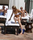 HQs - Lindsay Lohan - At The Sunset Marquis Pool Foto 2639 (Штаб-квартира - Линдси Лохан - На закате маркиза Бассейн Фото 2639)
